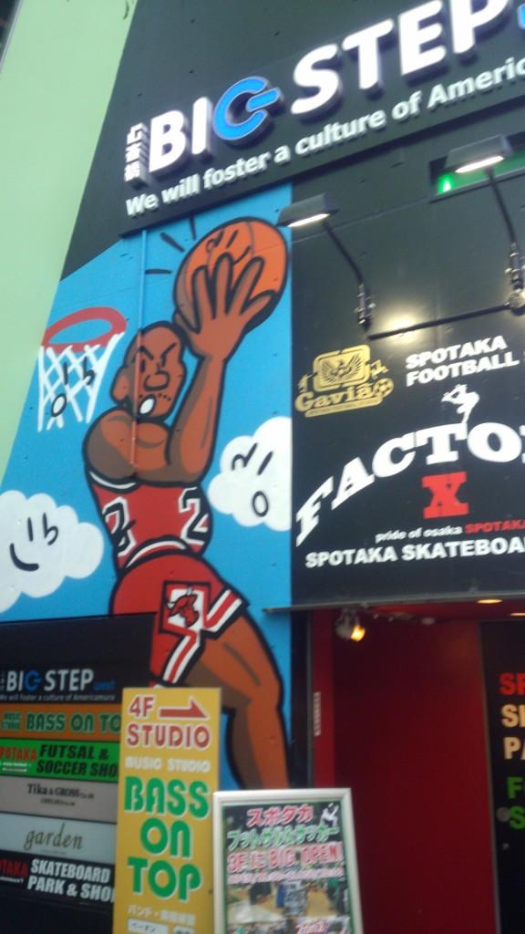 これがアメリカ村のスポタカバスケットショップS.B.B.C(スポタカバスケットボールクラブ)の看板だ!