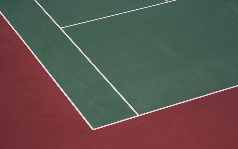 テニスコートって何色?種類の違いについて